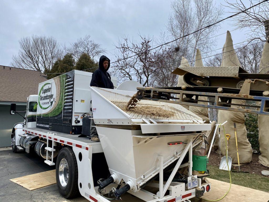 Sand conveyor truck